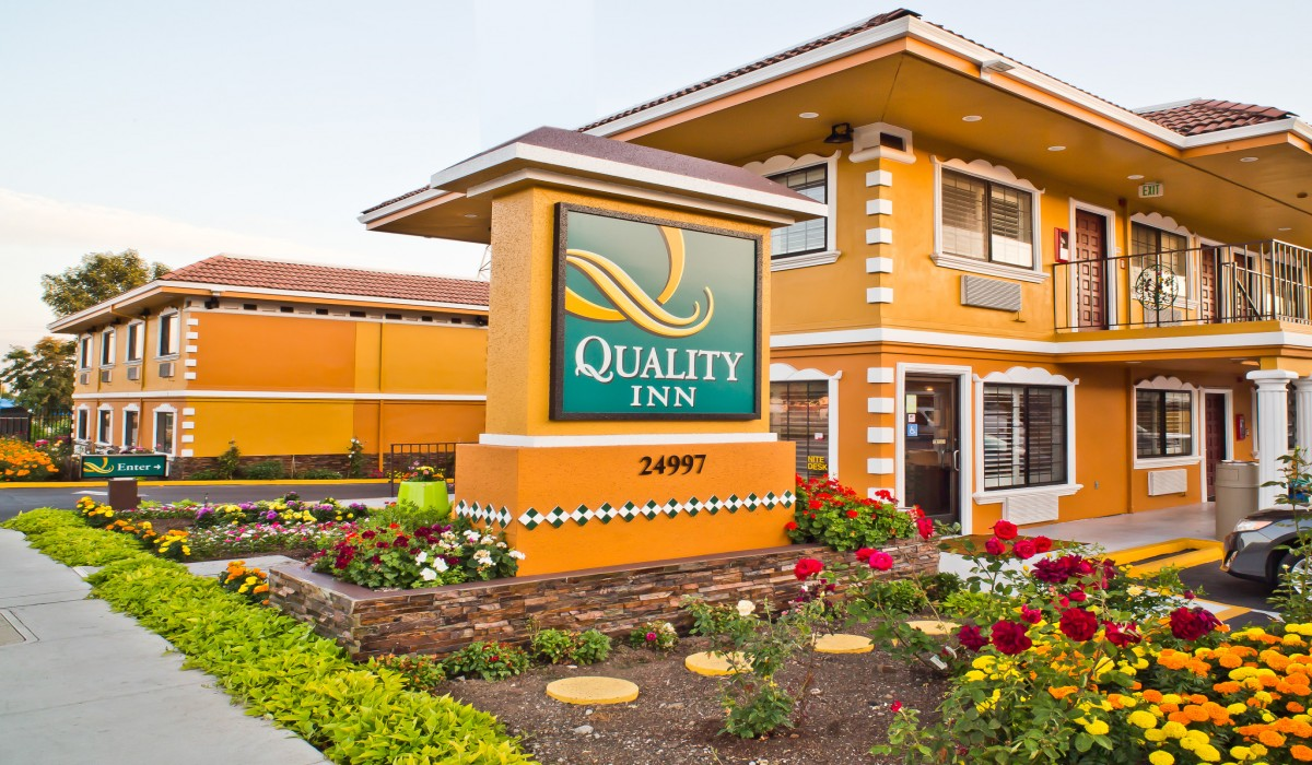 Quality Inn Hotel Hayward - Hotel Flower Garden and Signage
