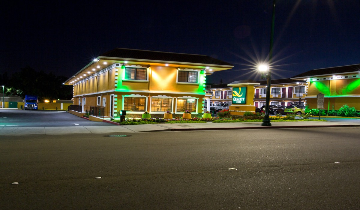 Quality Inn Hotel Hayward - Registration and Lobby at Night