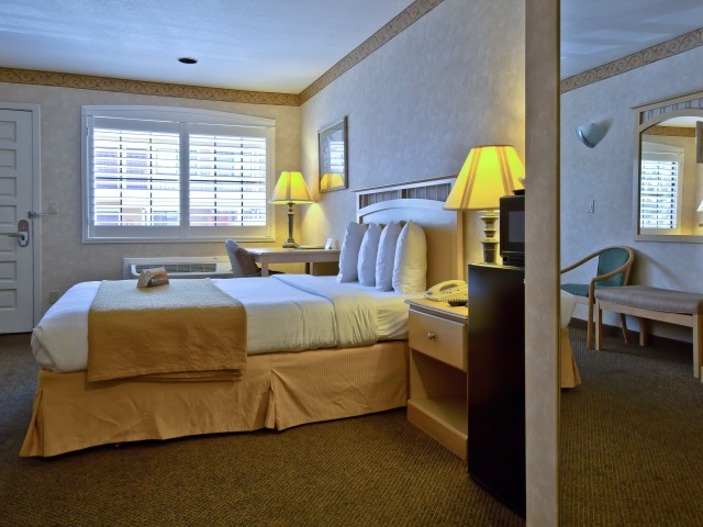 Quality Inn Hotel Hayward - Queen Room with Upscale Amenities