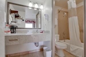 Ramada San Diego Airport - Full bathroom at San Diego Ramada