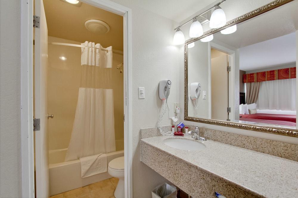 Ramada San Diego Airport - Bathroom