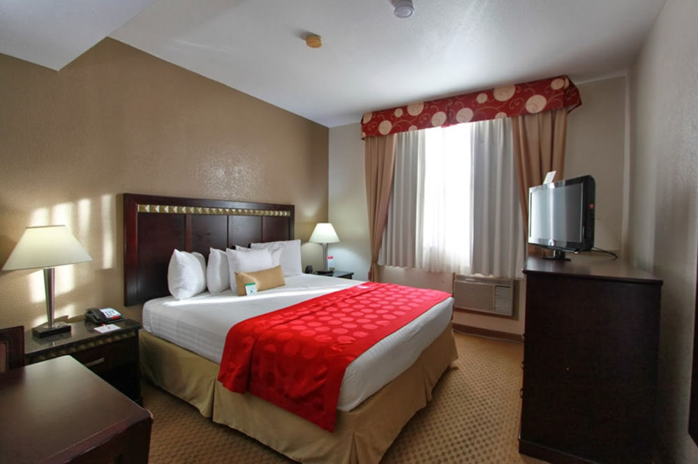 Ramada San Diego Airport - 1 King Bedroom Guestroom